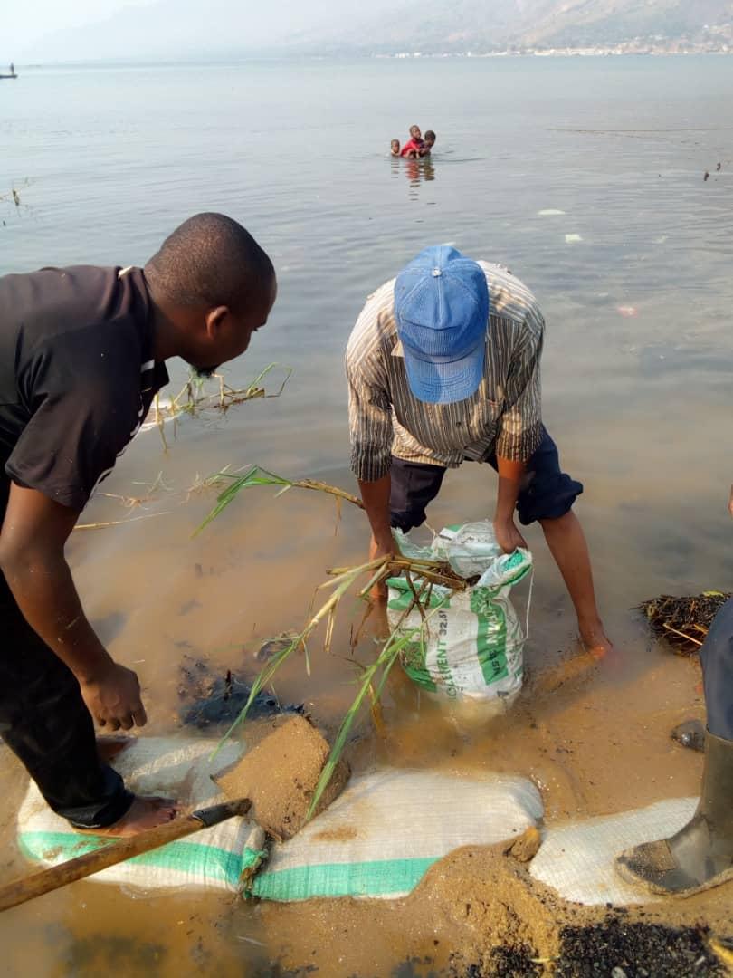 Travail communautaire pour la restauration des habitats/zone de récréation d'hippopotames
